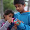 まるで折り紙のように折って遊べる、折り紙とブロックが合体したおもちゃ「TROXES」