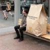 大きな紙袋を持ち歩く マクドナルドのユニークな広告キャンペーン「Massive McMuffin Breakfast」