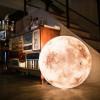 部屋の中に神秘的な輝きを 月をモチーフにしたランプ「Luna」