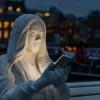スマートフォンの光で照らされた人をモチーフとしたインスタレーションアート「Absorbed by Light」