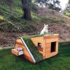 デザイン性の高い、現代建築のような犬の家「this doggy dreamhouse features a green roof」