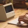 昔懐かしいMacintoshのデスクトップ型コンピューターの再来を感じるiPhoneスタンド「M4スタンド」