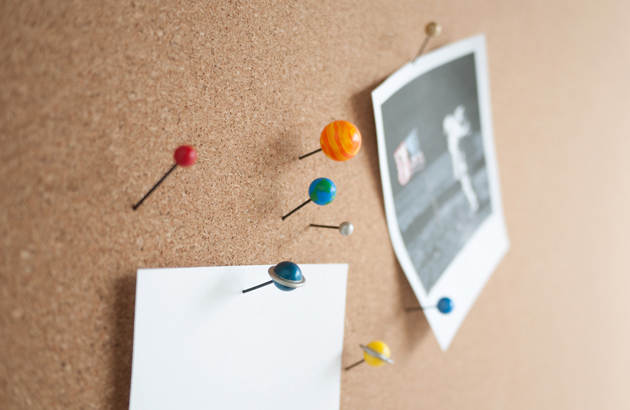 Duncan-Shotton_Planet-Pins_Push-Pins_in_corkboard_1280px